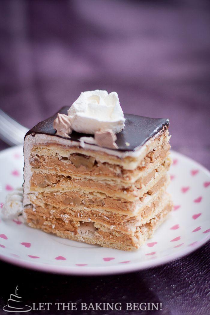 Самый популярный и наиболее часто запрашиваемых торт в нашей семье.  Маркиза торт состоит из тонких слоев песочное торт, увенчанный безе и грецкими орехами, затем слоистой с Дульсе де Лече заполнения.  по Пусть выпечки Начните!