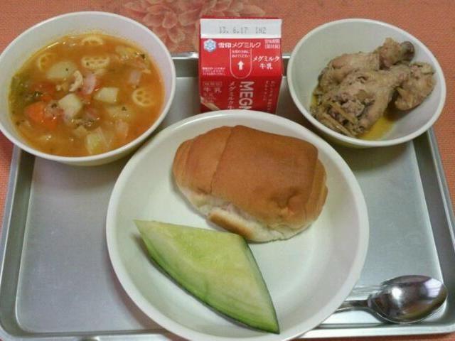 小学校の給食です。 今日の献立は  ・ウィングスティックの生姜煮 ・ミネストローネ ・米粉ロールパン ・メロン ・牛乳 - 51件のもぐもぐ - 今日の給食(6/7) by sakachinmama