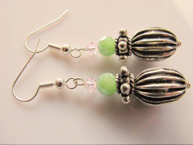 Oorbellen Lotta grote kraal en spacer met kristalglas facet kraal in mooie groene tint. Onder een klein tinnen kraaltje, rest verzilverd
