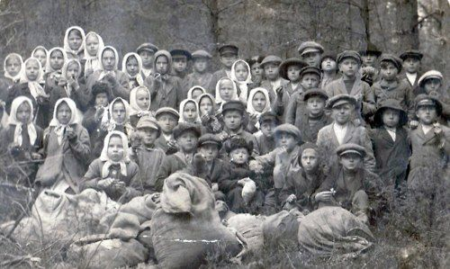 Finnish schoolchildren collecting lichens in Kitee during World War I. Lichens were used to treat wounds.  They were also used as emergency food during times of famine in Finland. Photo credit: Pajapellon nurkasta/blogspo