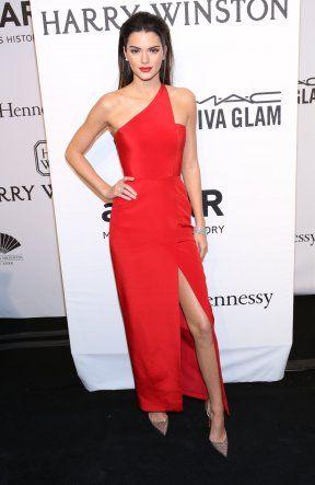 VISTE BEN: Kendall Jenner (19) viste frem sine lange ben i en lekker, rød kjole med matchende røde lepper.