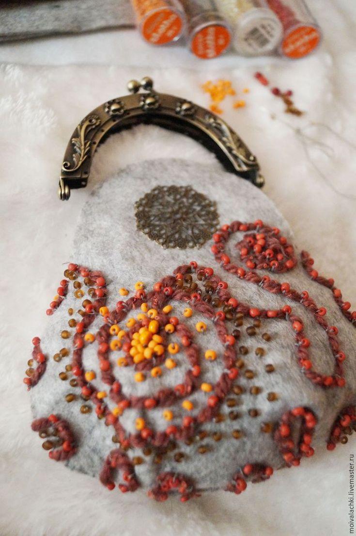 Предлагаю вам мой мастер-класс по созданию кошелька-косметички из фетра. Для этого понадобятся: - 1 лист А4 фетра толщиной 1-2 мм; - небольшие кусочки фетра для украшения (в данном случае белого и коричневого цвета); - подкладочная ткань такого же размера; - бисер различных цветов (оранжевый, коричневый, белый); - маленькие деревянные бусинки оранжевого цвета; - фермуар пришивной 8,5 …