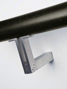 HB 550 HANDRAIL BRACKET The Halliday+Baillie HB 550 Handrail Bracket is designed for 1-1⁄4″ to 2″ diameter wood handrails. This bracket is only suitable for interior or covered exterior situations. For exterior and marine environments, please specify the HB 555 stainless steel bracket. For installations on glass or other panel material, specify the HB542 Glass …