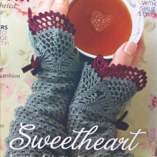 These wrist warmers are so beautiful! (on the cover of the new Mollie Makes). amazing magazine also. In the UK it is monthly and just divine. I heart Molly...