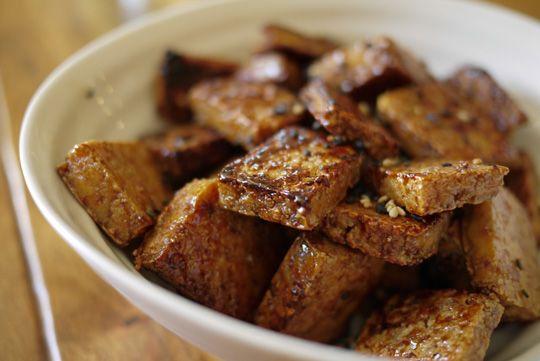 Vous cherchez l'inspiration pour votre lundi sans viande? Voici un pur péché que j'ai cuisiné hier: des petites bouchées de tofu caramélisé. Tout simple à