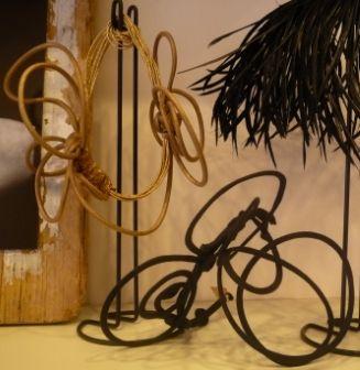 Entrando in questo negozio-laboratorio a Prati si comprende come dei cerchietti per capelli possano diventare accessori di pura eleganza. L'artefice è Barbara Guidi, che li crea con grande estro utilizzando filo di ferro, filo da modista, fettuccia di raso, grosgrain, piume, tulle, tessuti elastici e altri materiali dettati dalla sua creatività. Il risultato sono cerchietti…