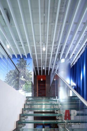 Фото интерьера лестницы офиса в современном стиле