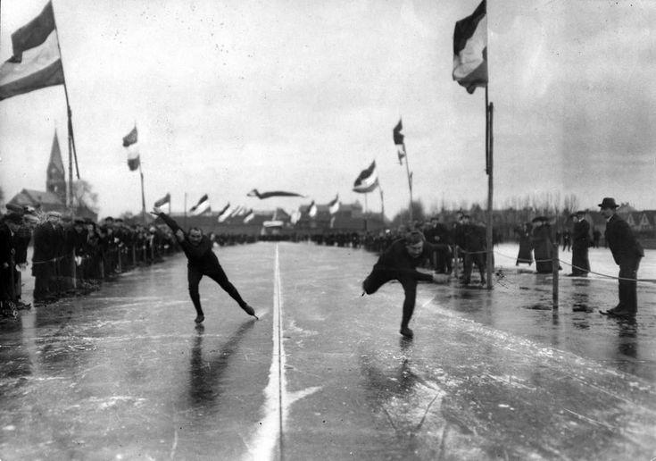 Schaatsen, Historie. Wedstrijd voor beroepsrijders op de korte baan te Joure,   14 januari 1914 , tussen Poepjes (links) en P.H. Holst, -twee van de meest bekende figuren bij de Friesche wedstrijden.