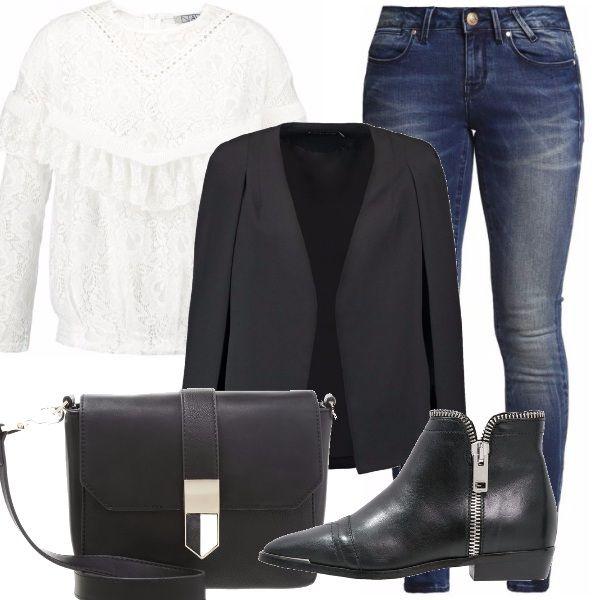 Un look facile, ma nello stesso tempo modaiolo: la camicia in pizzo con rouches è davvero femminile, la abbiniamo ad un denim skinny leggermente sabbiato, sopra indossiamo un blazer nero davvero elegante. Gli accessori completano il tutto in modo sobrio: tracolla nera e scarponcini zippati.