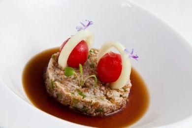 Tabulé de espelta con cherries rellenos de crema helada de atún, aros de pepino y caldo de bonito seco …y pan de espelta con pimiento verde