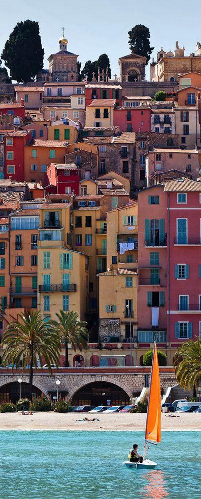 Menton, Alpes-Maritimes À voir la fête du Citron//Menton est une commune française du département des Alpes-Maritimes située à la frontière franco-italienne, proche de la principauté de Monaco, et une célèbre station touristique de la Côte d'Azur. Wikipédia