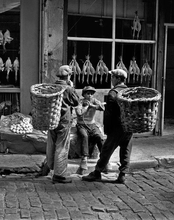 Ara Güler; Beyoğlu pazarında hamallar. İstanbul, 1954