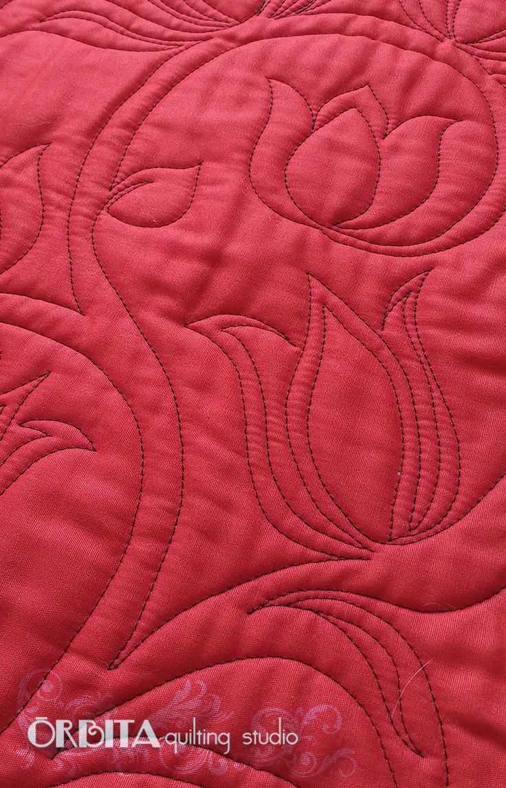 Quilting movimento livre de flor. Quilt vermelho com tulipa quiltada com linha preta. Acabamento perfeito de quilting à máquina. Órbita Quilting Studio arrasando, vem ver mais: https://orbitaquilting.com.br/tulipa-colecao-primavera-fabulosa/  Essas florzinhas encantam pela simplicidade, elegância e diversidades de cores!! E nós criamos um design exclusivo super fácil de quiltar para você ter sua própria tulipa no quilt!! Esse é o último post daColeção Primave