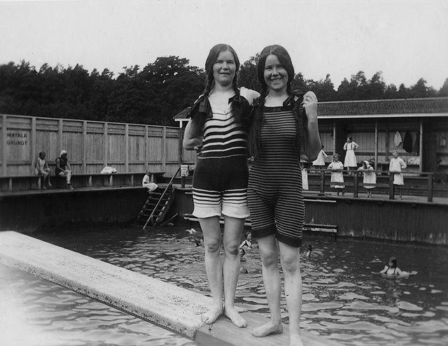 Uimareita Ruissalon Yleisen käytävän (nyk. Kansanpuisto) uimalassa noin vuonna 1915. Turun Museokeskus