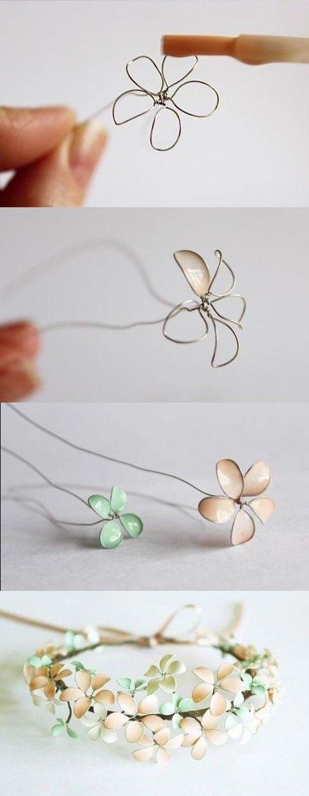 Para hacer estas flores de alambre necesitamos armar con alambre pequeños circulos y darle forma de pétalos, después los pintamos con laca d...