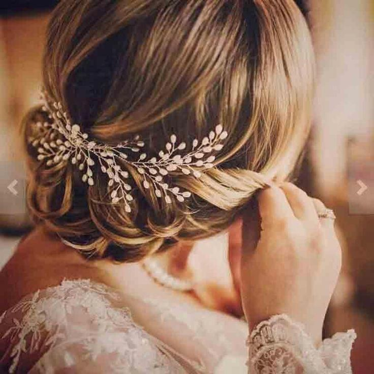 The floral spray design of this stunning hair comb gives it a natural feel, whil…