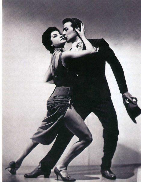 Dos grandes bailarines de tango, Maria Nieves y Juan Carlos Copes. Llevaron al tango por el mundo.- Maria  Nieves en 2011.- se presentó  en el espectaculo Tango Argentino en el Obelisco y fue aclamada por el publico.-