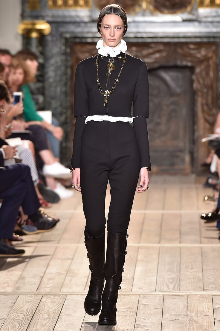 Défilé Valentino Haute Couture automne-hiver 2016-2017 MOI chemise jabot K by KARL LAGERFELD