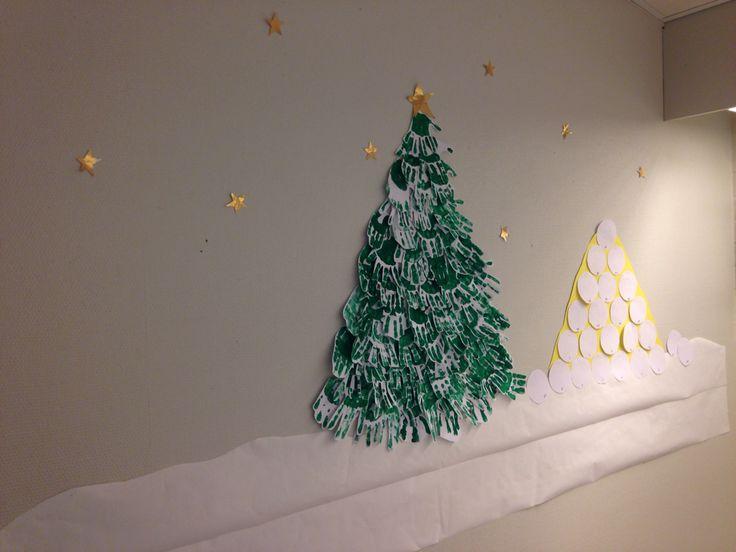 Hands xmas tree. Päiväkodissa tehty lasten käsistä joulu seinä