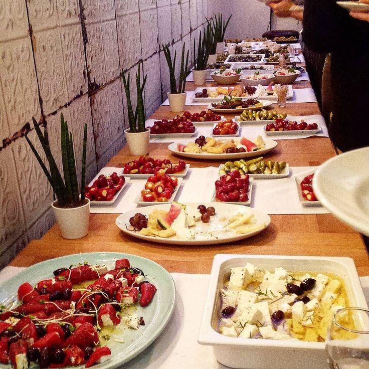 Moje wielkie greckie wesele? Nie to otwarcie nowej greckiej restauracji we Wrocławiu - Tawerna Aropolis. Obierzcie azymut! #haveabitein #haveqbiteinwroclaw #haveabiteinwrocław #karmimytreścią #tawernaakropolis #greekfood #olives #feta #baklava #pita #filopastry