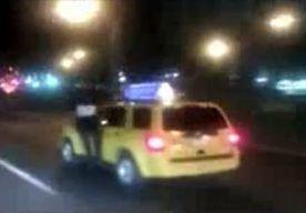 29-Apr-2014 15:40 - DIEF HANGT AAN RACENDE TAXI. Het lijkt wel een scène uit een James Bond-film. Een autodief hangt minutenlang aan een New Yorkse taxi die met een gangetje van 90 kilometer per uur over de weg dendert.