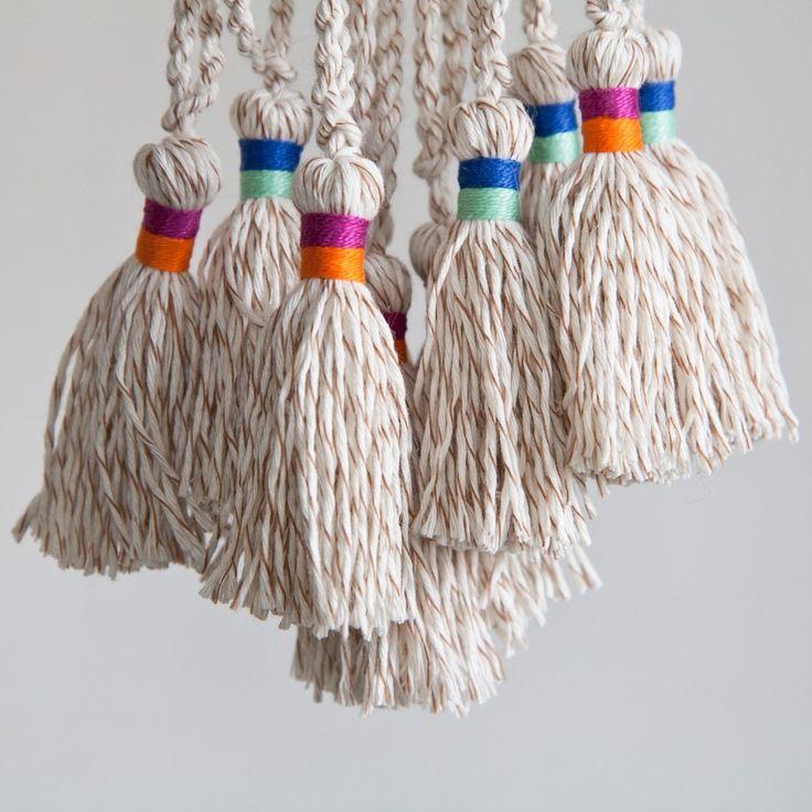 Kwast of franje zelf maken voor aan een sjaal, das, gordijn, shawl, trui, jurkje, vestje, noem maar op. Soms wil je een grote of een kleine franje maken.