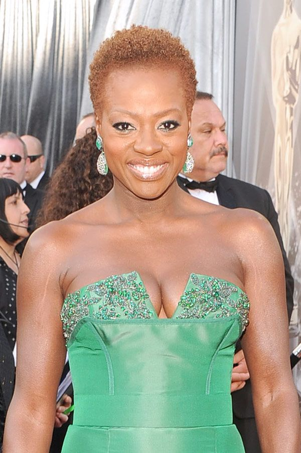 #ViolaDavis rocks her natural curls at the #AcademyAwards... Keeping it short and sweet. Oh! The elegance of a twa hairstyle!