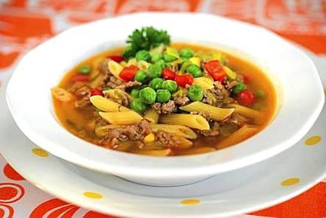 Väriä arkiseen jauheliha-pastakeittoon tuovat herneet, maissi ja paprika.