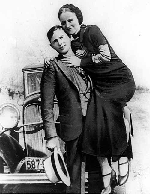 Bonnie and Clyde.. Entre 1932 y 1934, la banda de Barrow realizó unas cuantas fechorías raptando a hombres de la ley o atracando establecimientos, normalmente lejos de su hogar y para conseguir el dinero que les permitiera volver a casa.4 Historias de esos encuentros han contribuido a la mitología de Bonnie y Clyde; una pareja odiada y admirada por la gente. Normalmente, la banda de Barrow no disparaba a nadie, siempre que tuvieran una vía de escape...