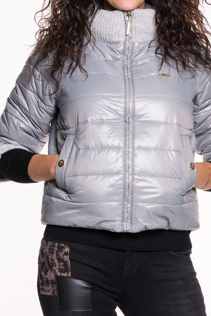 Wende-Daunenjackevon LIU JO   stylischekurze Jacke mit ¾ Arm   hoher Kragen   beidseitig tragbar   eine Seite aus Nylon und ander Seite im Strickmuster   beidseitig Einschubtaschen   angenehmer Tragekomfort   M