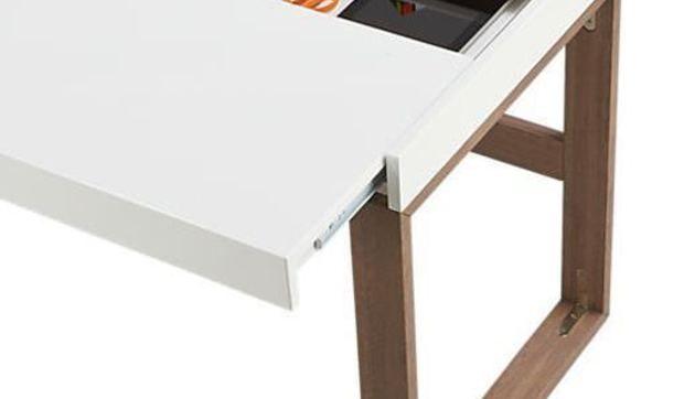 Si tienes que crear una zona de trabajo o estudio en casa, recurre a escritorios pequeños pero funcionales, con capacidad de almacenaje.
