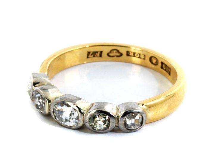 Ringweite: 55. Gewicht: ca. 4 g. WG und GG 750. Schweden, um 1900. Antiker feiner Beisteckring besetzt mit Diamanten im Kissenschliff, zus. ca. 0,5 ct....