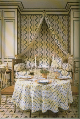 #fabric mix Colefax and Fowler, #wallpaper, patterned rug, and built in daybed. Making the most of #DiningStyle