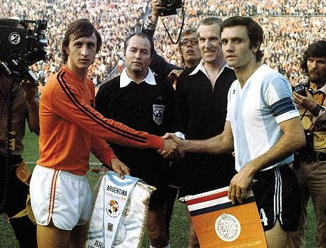 El juego de Netherlands y Argentina. Es un juego de fútbol. El año es 1974.