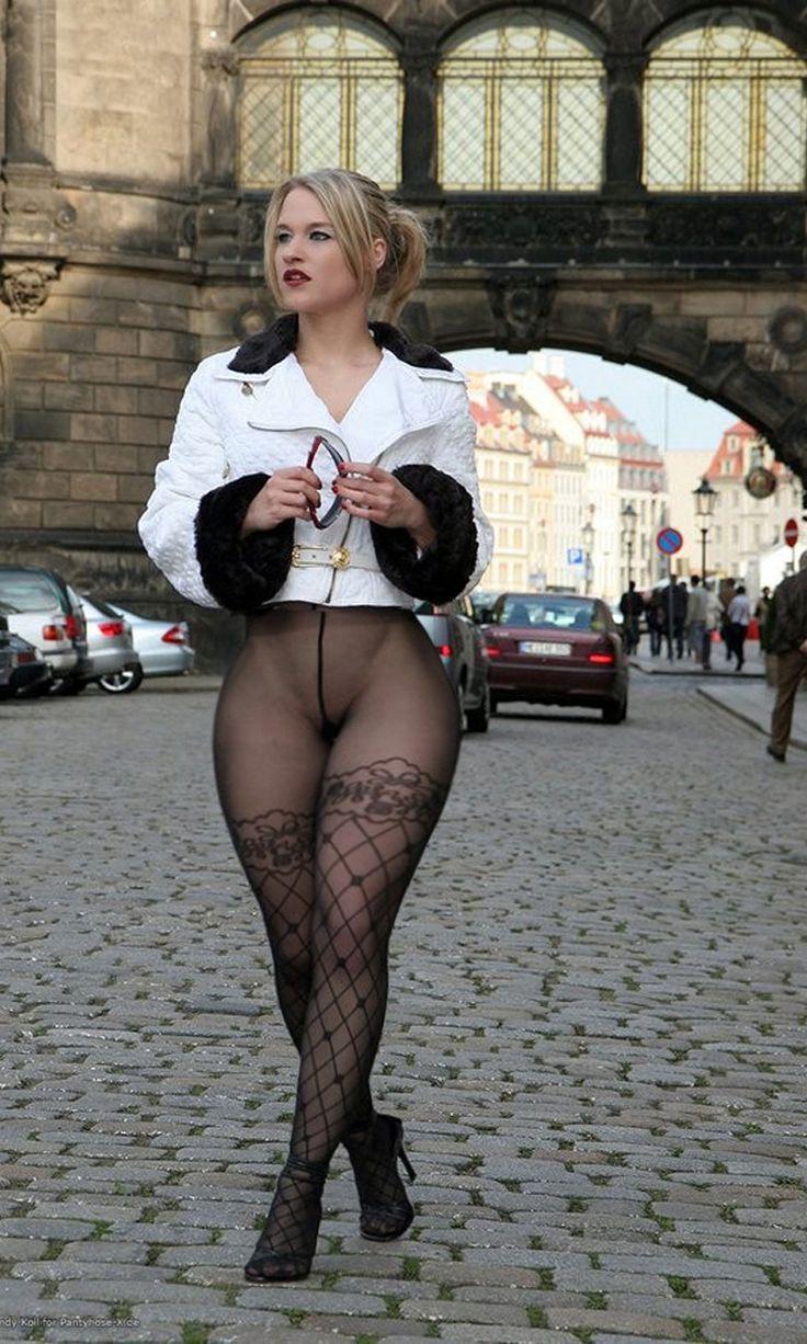 Голые девушки в чулках на улице