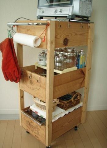 キッチンワゴンも収納の強い見方。キャスターつきで移動できるもの便利です。