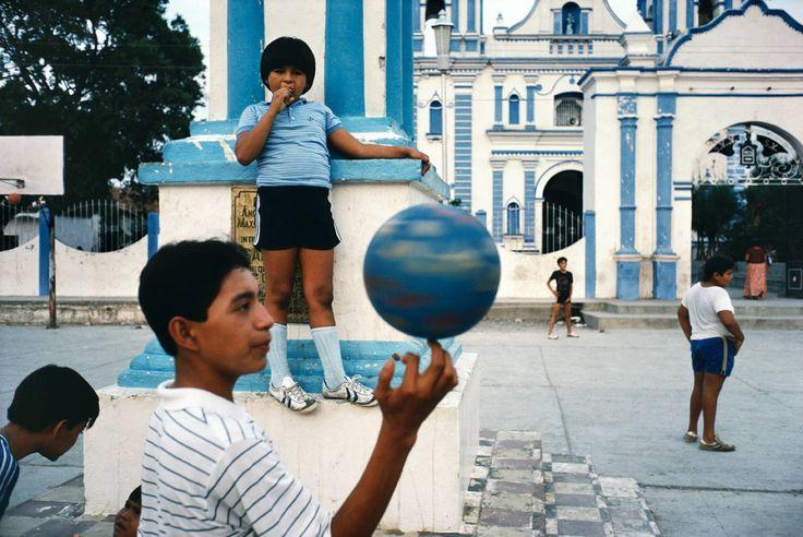 Alex Webb, Tehuantepec, Oaxaca, 1985, Robert Klein Gallery