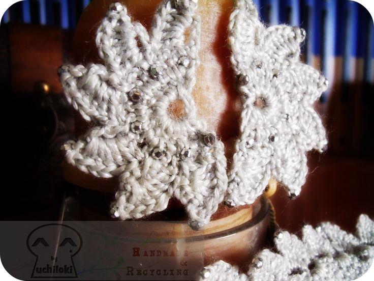 By Uchiloki PRODUCCION PROPIA: Pearl Grey Crochet EarringsConjunto de pendientes y pulsera  realizado en crochet con hilo de algodón gris perla y plateado y abalorios plateados.  Medida aproximadas pendientes 5,5cm alto x 3,5cm ancho  ; medida pulsera 16cm largo x 3cm ancho.