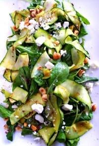 Με λίγες θερμίδες: Σαλάτα με φρέσκα κολοκυθάκια