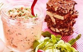 Lakserillettes Dejlig nem og lækker rillettes af varmrøget laks. Smager dejligt på groft rugbrød, men egner sig også fortrinligt som fyld i en sandwich.