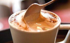 Aprenda a fazer um delicioso café cremoso e transforme essa bebida tradicional. Perfeita para servir e surpreender seus convidados. Essa dica rende 100 ml. Leia também: Café emagrece Café com chocolate Drinks com café Ingredientes: 2 xícaras de açúcar 100 g de café solúvel 4 colheres (sopa) de cacau ou ch