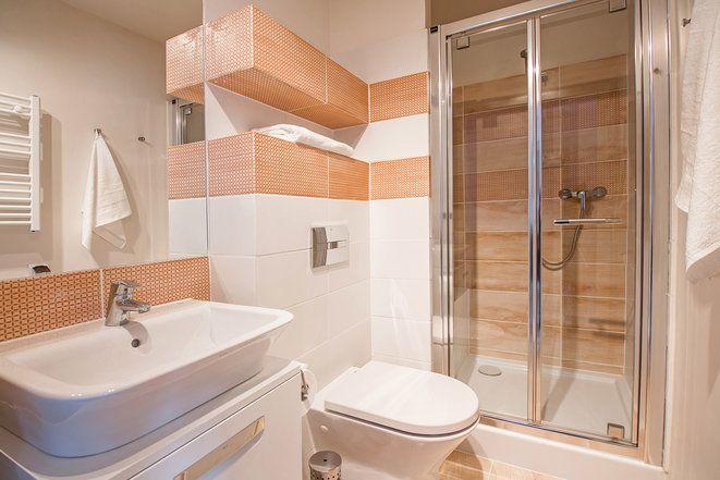 Rolę zasłony prysznicowej w naszych łazienkach pełnią szklane, przesuwane lub otwierane drzwi. Szkło dzięki stwarzanej iluzji, optycznie powiększa przestrzeń łazienki.