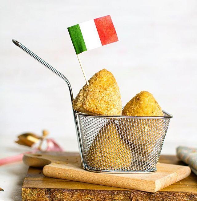 """Io stasera mi son fatta gli arancini, ma di patate! E ripieni di prosciutto e formaggio 😱😍.""""L'arancinotto"""" che mi hanno mandato gli amici di @peroni_snc.it è una benedizione! Si fanno arancini in quattro e quattr'otto 😍😍.La ricetta  http://www.angelinaincucina.com/arancini-di-patate-con-prosciutto-e-formaggio/"""