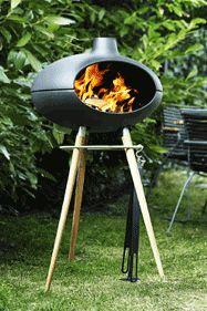 Grill Forno von Morsø mit Holzgestell.  Morsø - Lebensart designed in Dänemark. Das Besondere an einem Morsø Grillofen? Das Feuer geht nicht aus, nur weil das Essen zu Ende ist. Im Grillofen lodert es angenehm weiter und begleitet durch den ganzen Abend. #morsomoments #grillofen #outdoor #grill #designgrill #garten #holzkohlegrill #gartengrill #meingarten #mygarden #grillieren #barbeque #grillkamin #gourmet #gartenparty #party #summertime #homedesign #design  www.wohn-punkt.ch