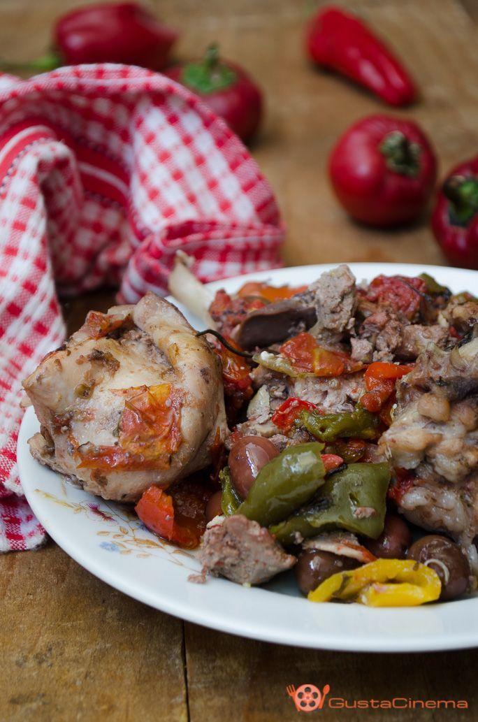 Coniglio con peperoni e olive, un secondo piatto molto saporito realizzato con pezzi di coniglio insaporito da pomodorini, peperoni e olive. Ideale per il pranzo della domenica o in ricorrenze speciali.