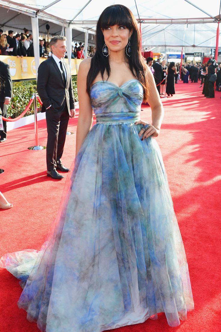 La actriz Zuleikha Robinson, con vestido de flores en color azul de Gustavo Cadile y joyas de Loree Rodkin.