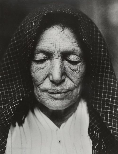 Italian woman, Hull House, Chicago, 1910Lewis W. Hine