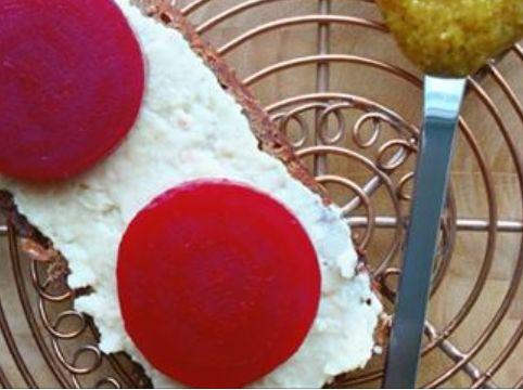 125 g tørrede hvide bønner (250 g kogte hvide bønner) 1 spsk. sennep 1/2 tsk. sukker (kan udelades) 1/2 tsk. paprika 1 tsk. citronsaft eller eddike Salt og peber