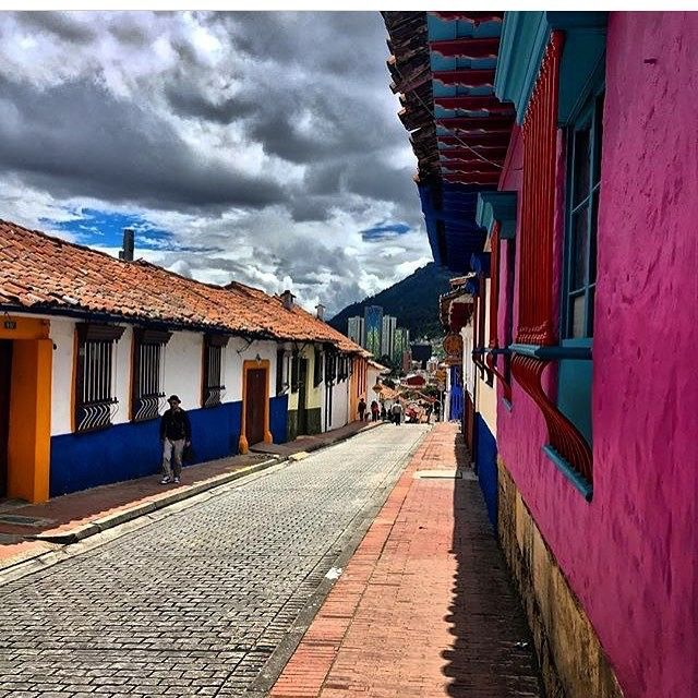 La Candelaria is one of the places in Bogotá that received the second chance in the life of the city, attracting people who are willing to learn about every aspect of Colombia. Look at its vivid colors, so close to the sky. Photo courtesy @kikarocha_ #discover #explore #colombia  #kolumbia #kolumbien #bogota #lacandelaria #oldtown #colonialarchitecture #skyisthelimit #travelers #travelgram #fromwhereistand #travelphotography #podróże #colors #walls #colonialarchitecture #cities