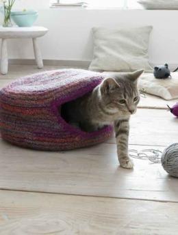 In dieser Katzenhöhle fühlt sich Mimi wohl. Dorthin kann sie sich nach der anstrengenden Mäusejagd zurückziehen und ein behagliches Mittagschläfchen halten. Und auch Sie als Herrchen oder Frauchen werden dieses Katzenparadies zu schätzen wissen. Denn es ist zugleich ein sehr hübsches Accessoire für ein gemütliches Zuhause!